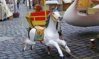 A hinta egyik kézzel faragott lovacskája
